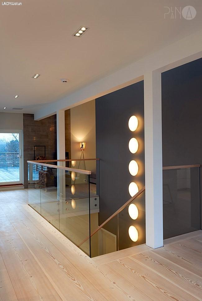 grått kjøkken og grå vegg