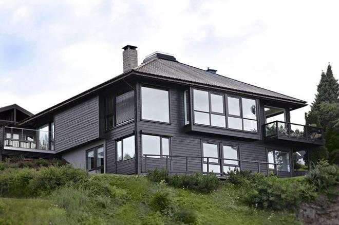 Rødt hus med sorte vinduer
