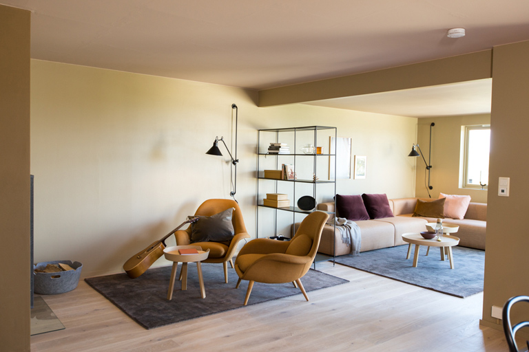 Lun stue med varme farger -