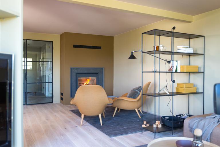 Lun stue med varme farger