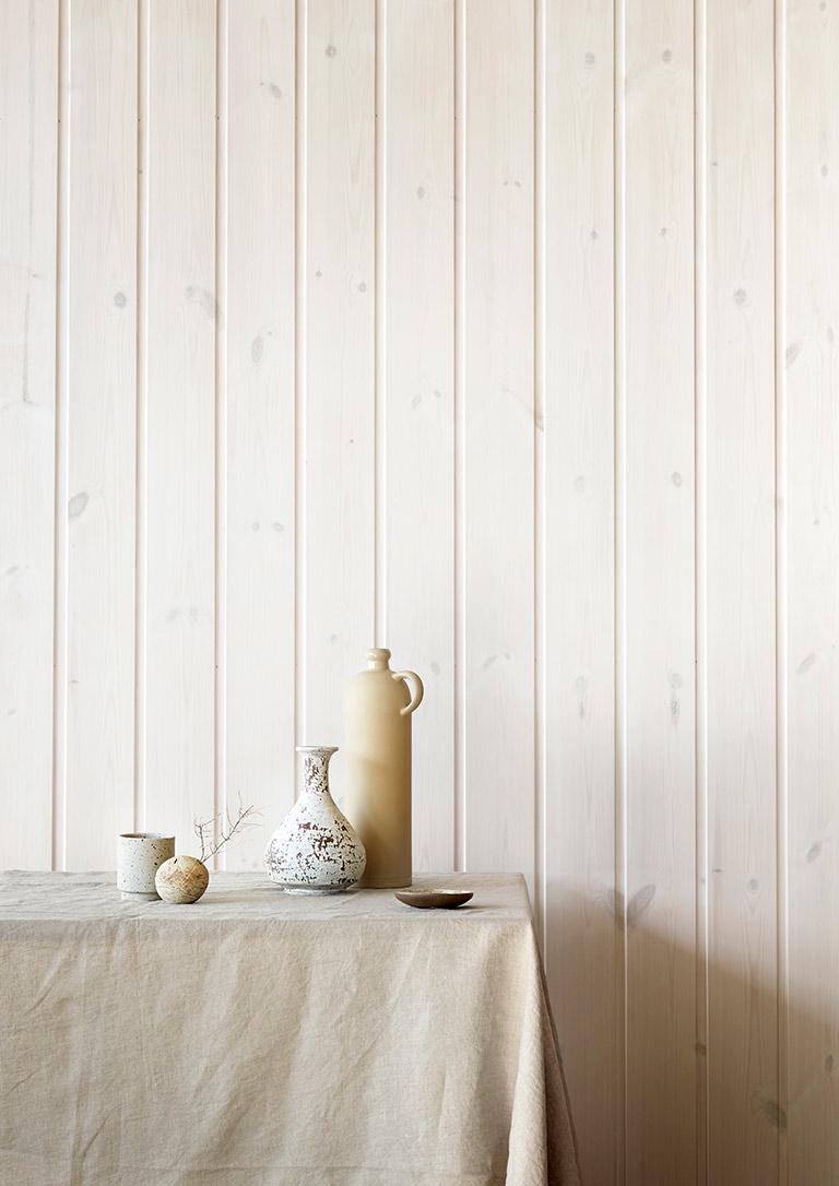 Vakre, hvitbeisede vegger og tak på hytta