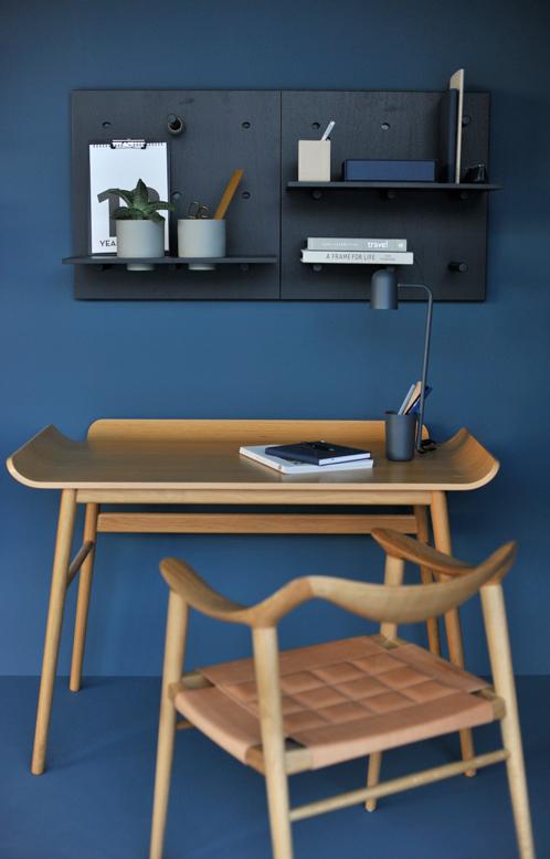 Dare to designstudio utstilling av reoler på vegg malt med LADY Industrial Blue