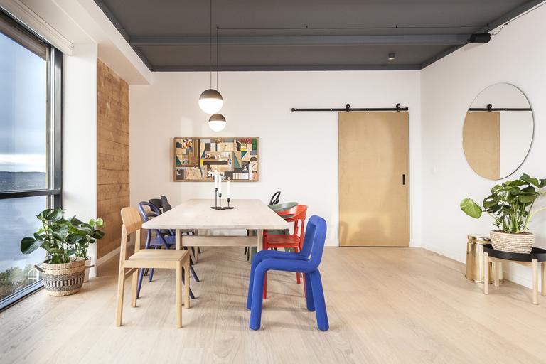 Sosialt kjøkken med blått tak