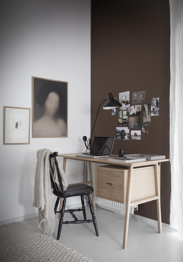 Hjemmekontor med skrivebord i heltre og LADY 10981 Norwegian Wood på vegg
