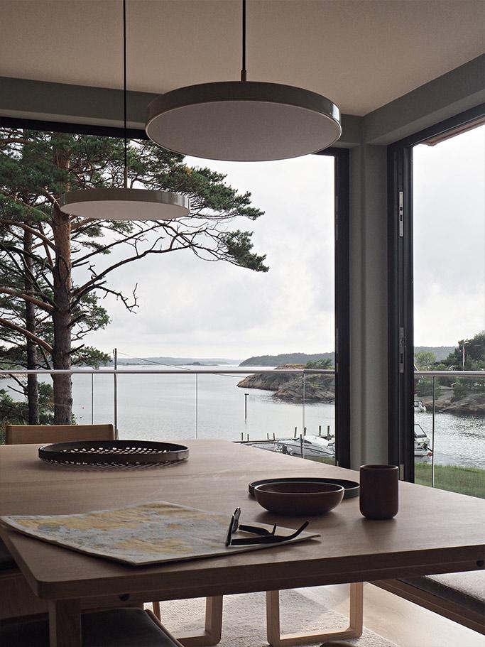 Kjøkkenbord med utsikt