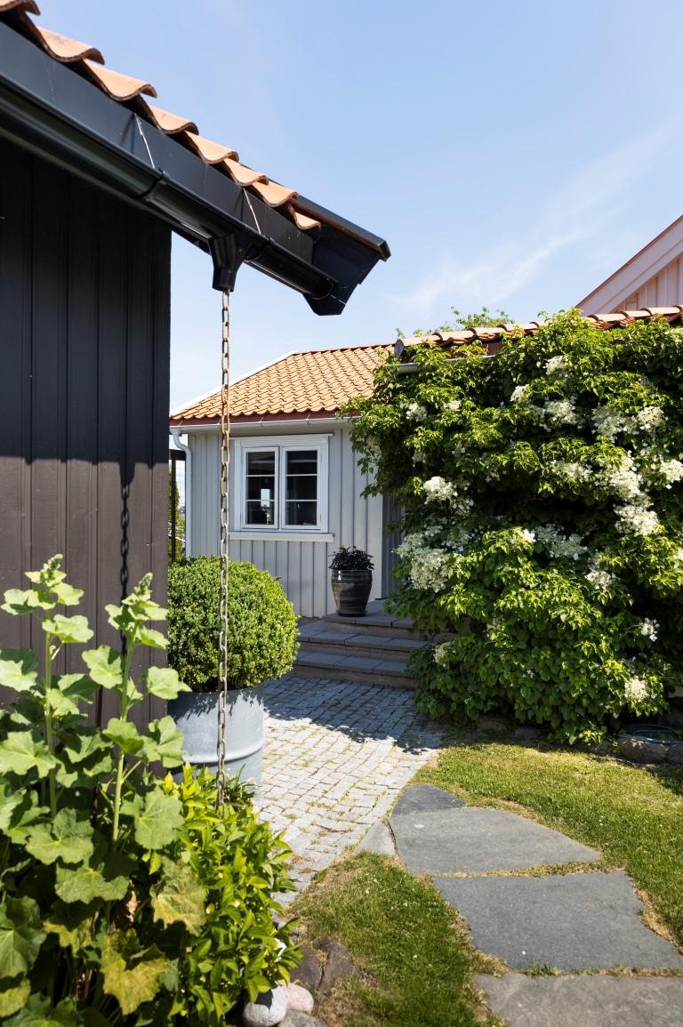 0734 Brunsvart og 0761 Jotun Varmgrå